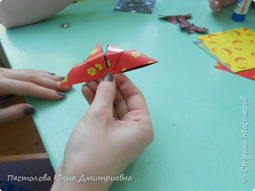 Ромашки из бумаги и бабочки - оригами! Отличный подарок маме, бабушке, сестре! Такие ромашки мы сделали с детьми в подарок дорогим учителям на 8 марта! фото 8