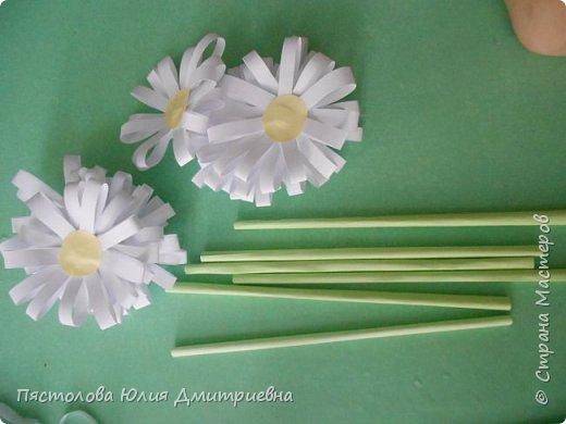 Ромашки из бумаги и бабочки - оригами! Отличный подарок маме, бабушке, сестре! Такие ромашки мы сделали с детьми в подарок дорогим учителям на 8 марта! фото 12