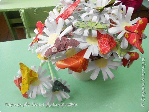 Ромашки из бумаги и бабочки - оригами! Отличный подарок маме, бабушке, сестре! Такие ромашки мы сделали с детьми в подарок дорогим учителям на 8 марта! фото 14