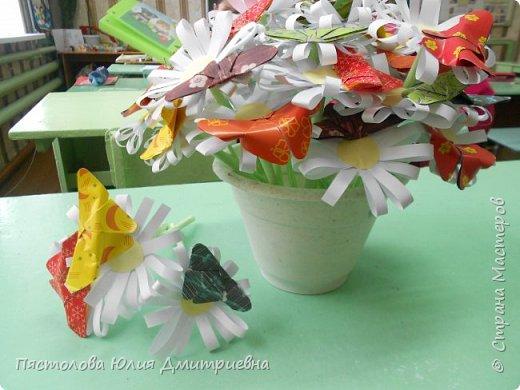 Ромашки из бумаги и бабочки - оригами! Отличный подарок маме, бабушке, сестре! Такие ромашки мы сделали с детьми в подарок дорогим учителям на 8 марта! фото 1