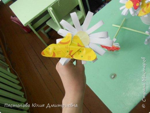 Ромашки из бумаги и бабочки - оригами! Отличный подарок маме, бабушке, сестре! Такие ромашки мы сделали с детьми в подарок дорогим учителям на 8 марта! фото 13