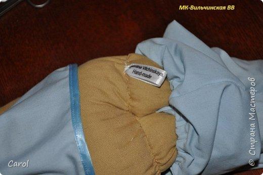 Моя новая тильда. Зовут ее Галя-2, и сделана она на юбилей мойе подруги Галины. Есть еще Галя-1, она есть в моих предыдущих топиках. Галя-1 живет сейчас в Коломне. Рост Гали-2 68 см. Галя-2 сшита из фирменной тильдовской ткани, а на прибор (одежду) пошли две старые мужские рубашки. Края обработаны косой бейкой. Пуговицы на халате  диаметром 6 мм. Волосы - пряжа для волос тильды от Panduro, коронка - пластик, тоже от  Panduro.  фото 8