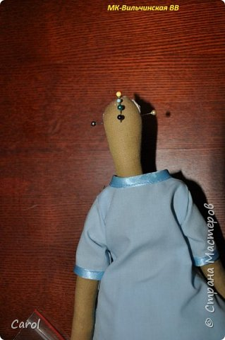 Моя новая тильда. Зовут ее Галя-2, и сделана она на юбилей мойе подруги Галины. Есть еще Галя-1, она есть в моих предыдущих топиках. Галя-1 живет сейчас в Коломне. Рост Гали-2 68 см. Галя-2 сшита из фирменной тильдовской ткани, а на прибор (одежду) пошли две старые мужские рубашки. Края обработаны косой бейкой. Пуговицы на халате  диаметром 6 мм. Волосы - пряжа для волос тильды от Panduro, коронка - пластик, тоже от  Panduro.  фото 9