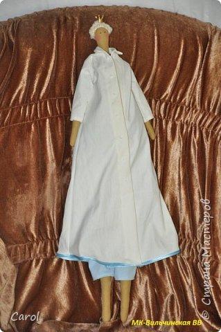 Моя новая тильда. Зовут ее Галя-2, и сделана она на юбилей мойе подруги Галины. Есть еще Галя-1, она есть в моих предыдущих топиках. Галя-1 живет сейчас в Коломне. Рост Гали-2 68 см. Галя-2 сшита из фирменной тильдовской ткани, а на прибор (одежду) пошли две старые мужские рубашки. Края обработаны косой бейкой. Пуговицы на халате  диаметром 6 мм. Волосы - пряжа для волос тильды от Panduro, коронка - пластик, тоже от  Panduro.  фото 4