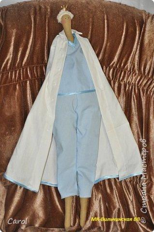 Моя новая тильда. Зовут ее Галя-2, и сделана она на юбилей мойе подруги Галины. Есть еще Галя-1, она есть в моих предыдущих топиках. Галя-1 живет сейчас в Коломне. Рост Гали-2 68 см. Галя-2 сшита из фирменной тильдовской ткани, а на прибор (одежду) пошли две старые мужские рубашки. Края обработаны косой бейкой. Пуговицы на халате  диаметром 6 мм. Волосы - пряжа для волос тильды от Panduro, коронка - пластик, тоже от  Panduro.  фото 5