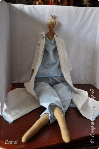 Моя новая тильда. Зовут ее Галя-2, и сделана она на юбилей мойе подруги Галины. Есть еще Галя-1, она есть в моих предыдущих топиках. Галя-1 живет сейчас в Коломне. Рост Гали-2 68 см. Галя-2 сшита из фирменной тильдовской ткани, а на прибор (одежду) пошли две старые мужские рубашки. Края обработаны косой бейкой. Пуговицы на халате  диаметром 6 мм. Волосы - пряжа для волос тильды от Panduro, коронка - пластик, тоже от  Panduro.  фото 3