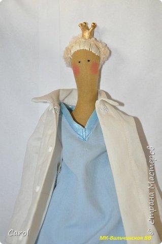 Моя новая тильда. Зовут ее Галя-2, и сделана она на юбилей мойе подруги Галины. Есть еще Галя-1, она есть в моих предыдущих топиках. Галя-1 живет сейчас в Коломне. Рост Гали-2 68 см. Галя-2 сшита из фирменной тильдовской ткани, а на прибор (одежду) пошли две старые мужские рубашки. Края обработаны косой бейкой. Пуговицы на халате  диаметром 6 мм. Волосы - пряжа для волос тильды от Panduro, коронка - пластик, тоже от  Panduro.  фото 1