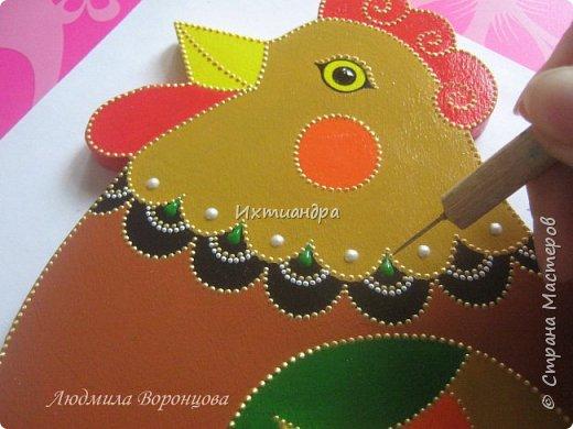 Словно яркая раскраска К нам домой явилась Пасха! Принесла в своём лукошке, Яйца, булочки, лепёшки, Пироги, блины и чай. Пасху весело встречай!  (стихи Ирины Евдокимовой)  Для многих из нас Пасха — это радостный, яркий, красочный праздник. Расписные яйца, пасхальные кролики, курочки, петушки — всё радует глаз и душу. Предлагаю смастерить вот такую нарядную курочку в окружении узорных яичек. Панно может использоваться на кухне как держатель для прихваток, полотенец, кухонной утвари. Сюда же можно повесить ключи или другую полезную мелочь. фото 8