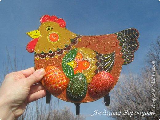 Словно яркая раскраска К нам домой явилась Пасха! Принесла в своём лукошке, Яйца, булочки, лепёшки, Пироги, блины и чай. Пасху весело встречай!  (стихи Ирины Евдокимовой)  Для многих из нас Пасха — это радостный, яркий, красочный праздник. Расписные яйца, пасхальные кролики, курочки, петушки — всё радует глаз и душу. Предлагаю смастерить вот такую нарядную курочку в окружении узорных яичек. Панно может использоваться на кухне как держатель для прихваток, полотенец, кухонной утвари. Сюда же можно повесить ключи или другую полезную мелочь. фото 28