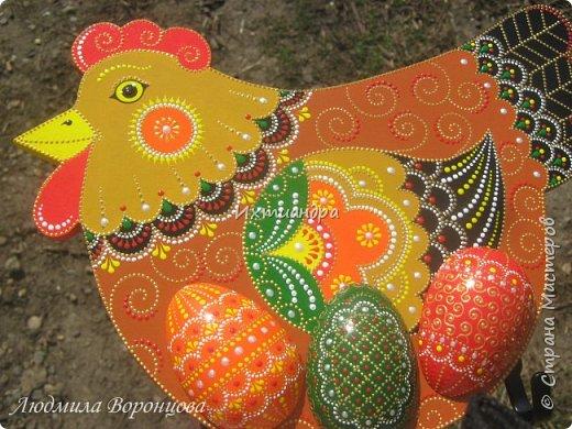 Словно яркая раскраска К нам домой явилась Пасха! Принесла в своём лукошке, Яйца, булочки, лепёшки, Пироги, блины и чай. Пасху весело встречай!  (стихи Ирины Евдокимовой)  Для многих из нас Пасха — это радостный, яркий, красочный праздник. Расписные яйца, пасхальные кролики, курочки, петушки — всё радует глаз и душу. Предлагаю смастерить вот такую нарядную курочку в окружении узорных яичек. Панно может использоваться на кухне как держатель для прихваток, полотенец, кухонной утвари. Сюда же можно повесить ключи или другую полезную мелочь. фото 29