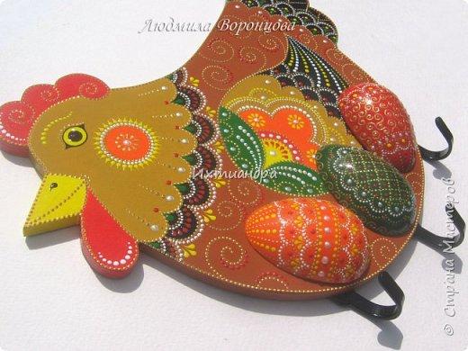 Словно яркая раскраска К нам домой явилась Пасха! Принесла в своём лукошке, Яйца, булочки, лепёшки, Пироги, блины и чай. Пасху весело встречай!  (стихи Ирины Евдокимовой)  Для многих из нас Пасха — это радостный, яркий, красочный праздник. Расписные яйца, пасхальные кролики, курочки, петушки — всё радует глаз и душу. Предлагаю смастерить вот такую нарядную курочку в окружении узорных яичек. Панно может использоваться на кухне как держатель для прихваток, полотенец, кухонной утвари. Сюда же можно повесить ключи или другую полезную мелочь. фото 30