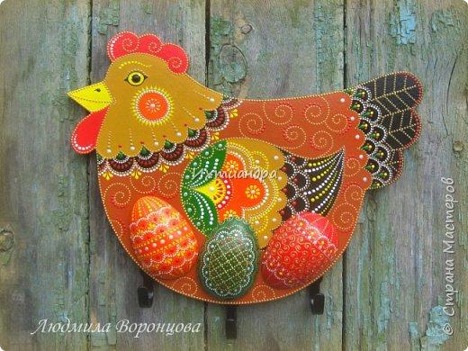 Словно яркая раскраска К нам домой явилась Пасха! Принесла в своём лукошке, Яйца, булочки, лепёшки, Пироги, блины и чай. Пасху весело встречай!  (стихи Ирины Евдокимовой)  Для многих из нас Пасха — это радостный, яркий, красочный праздник. Расписные яйца, пасхальные кролики, курочки, петушки — всё радует глаз и душу. Предлагаю смастерить вот такую нарядную курочку в окружении узорных яичек. Панно может использоваться на кухне как держатель для прихваток, полотенец, кухонной утвари. Сюда же можно повесить ключи или другую полезную мелочь. фото 1