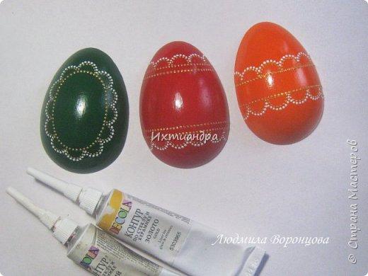 Словно яркая раскраска К нам домой явилась Пасха! Принесла в своём лукошке, Яйца, булочки, лепёшки, Пироги, блины и чай. Пасху весело встречай!  (стихи Ирины Евдокимовой)  Для многих из нас Пасха — это радостный, яркий, красочный праздник. Расписные яйца, пасхальные кролики, курочки, петушки — всё радует глаз и душу. Предлагаю смастерить вот такую нарядную курочку в окружении узорных яичек. Панно может использоваться на кухне как держатель для прихваток, полотенец, кухонной утвари. Сюда же можно повесить ключи или другую полезную мелочь. фото 21