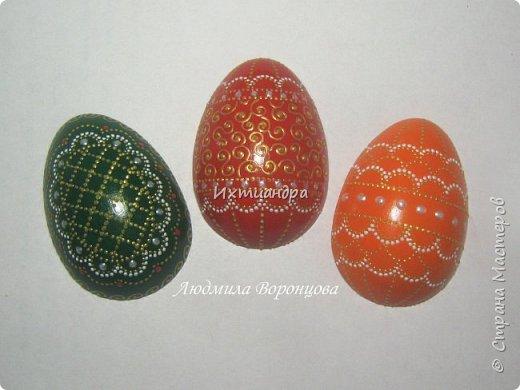 Словно яркая раскраска К нам домой явилась Пасха! Принесла в своём лукошке, Яйца, булочки, лепёшки, Пироги, блины и чай. Пасху весело встречай!  (стихи Ирины Евдокимовой)  Для многих из нас Пасха — это радостный, яркий, красочный праздник. Расписные яйца, пасхальные кролики, курочки, петушки — всё радует глаз и душу. Предлагаю смастерить вот такую нарядную курочку в окружении узорных яичек. Панно может использоваться на кухне как держатель для прихваток, полотенец, кухонной утвари. Сюда же можно повесить ключи или другую полезную мелочь. фото 23