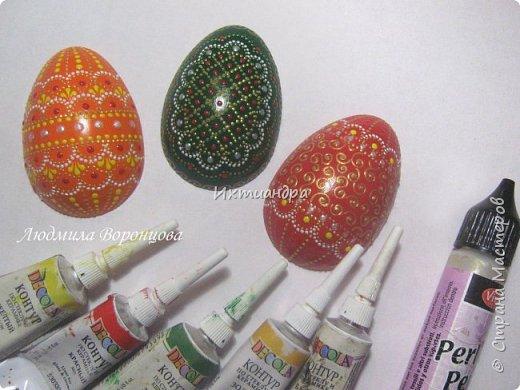 Словно яркая раскраска К нам домой явилась Пасха! Принесла в своём лукошке, Яйца, булочки, лепёшки, Пироги, блины и чай. Пасху весело встречай!  (стихи Ирины Евдокимовой)  Для многих из нас Пасха — это радостный, яркий, красочный праздник. Расписные яйца, пасхальные кролики, курочки, петушки — всё радует глаз и душу. Предлагаю смастерить вот такую нарядную курочку в окружении узорных яичек. Панно может использоваться на кухне как держатель для прихваток, полотенец, кухонной утвари. Сюда же можно повесить ключи или другую полезную мелочь. фото 24