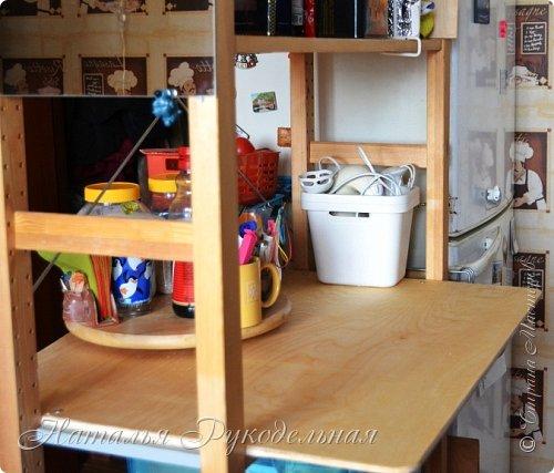 Всем привет. Хочу с вами поделиться идеей как можно сделать рабочий стол из стеллажа. Идея моя очень простая: взять фанеру потолще, выпилить по размеру стеллажа и шурупами прикрутить с стеллажу.  Получилось удобно и даже красиво.