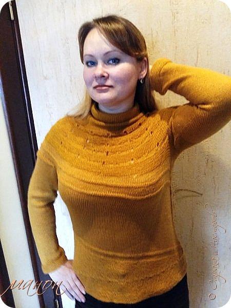 """нашла на осинке вот такой свитерок,там он называется""""c радугой через плечо"""" потому-что цветной( http://club.osinka.ru/picture-8917152?p=14737608) .Я попробовала в одном цвете,т.к.сверху вниз и по кругу без швов ещё не вязала,рукава на 5 спицах(как носки).Оказывается нет ничего проще,теперь планирую вязать цветной. фото 6"""