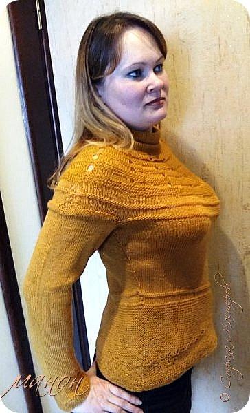 """нашла на осинке вот такой свитерок,там он называется""""c радугой через плечо"""" потому-что цветной( http://club.osinka.ru/picture-8917152?p=14737608) .Я попробовала в одном цвете,т.к.сверху вниз и по кругу без швов ещё не вязала,рукава на 5 спицах(как носки).Оказывается нет ничего проще,теперь планирую вязать цветной. фото 4"""