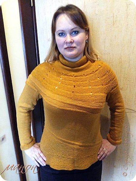 """нашла на осинке вот такой свитерок,там он называется""""c радугой через плечо"""" потому-что цветной( http://club.osinka.ru/picture-8917152?p=14737608) .Я попробовала в одном цвете,т.к.сверху вниз и по кругу без швов ещё не вязала,рукава на 5 спицах(как носки).Оказывается нет ничего проще,теперь планирую вязать цветной. фото 3"""