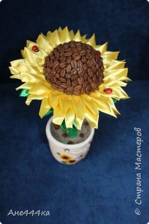 Давно хотела сделать кофейный подсолнух, очень мне нравится сочетание желтых лент и кофе. Вот такой подсолнушек в итоге получился. фото 2