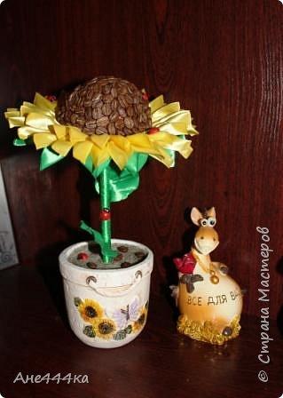 Давно хотела сделать кофейный подсолнух, очень мне нравится сочетание желтых лент и кофе. Вот такой подсолнушек в итоге получился. фото 3