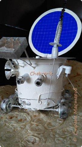 Приветствую жителей страны! Очередная поделка в детский сад ко дню космонавтики. Решили делать луноход, как настоящий. Нашли картинки в интернете, и основные детали делали в соответствии с реальным агрегатом. Основа- пластиковое ведерко из-под квашенной капусты. Колеса-крышки от фруктового пюре. Остроконечная антенна- пайетки, нанизанные на гвоздь, который выходит из дюбеля, который стоит на детальки от ручки)))) Уголковый лучевой отражатель - это прослойка картонная объемная,обклееная прозрачным пластиком. Ну и остальные детали также собрана из хлама. Давайте уже смотреть,что получилось фото 2