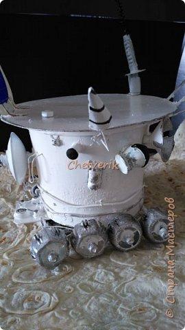 Приветствую жителей страны! Очередная поделка в детский сад ко дню космонавтики. Решили делать луноход, как настоящий. Нашли картинки в интернете, и основные детали делали в соответствии с реальным агрегатом. Основа- пластиковое ведерко из-под квашенной капусты. Колеса-крышки от фруктового пюре. Остроконечная антенна- пайетки, нанизанные на гвоздь, который выходит из дюбеля, который стоит на детальки от ручки)))) Уголковый лучевой отражатель - это прослойка картонная объемная,обклееная прозрачным пластиком. Ну и остальные детали также собрана из хлама. Давайте уже смотреть,что получилось фото 7