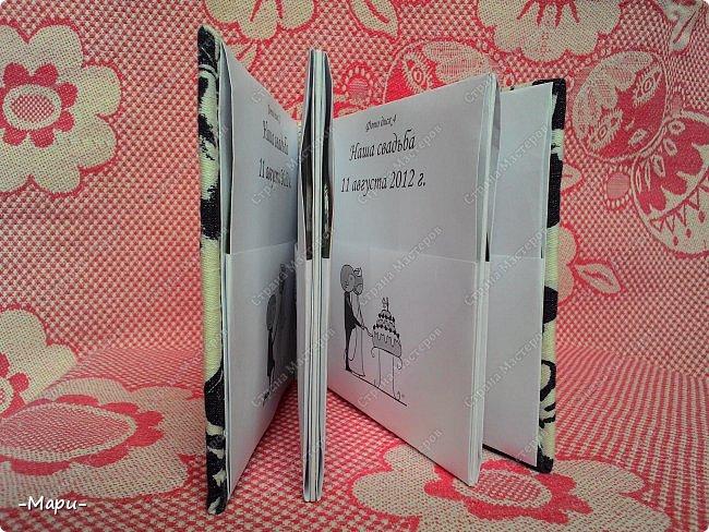 Привет, Страна Мастеров! Это мой первый эксперимент, я давно хотела сделать, что-то для хранения дисков с семейными фото и видео. И первое, что попробовать сделать, альбом для хранения свадебных дисков с фото и видео. Альбом 12,5*12,5, корешок 2,5, 3 разворота, вмещает 6 дисков, переплет: прошитый на швейной машинке (МК нашла в YouTube), обложка тканная: джинса с рисунком.  фото 4