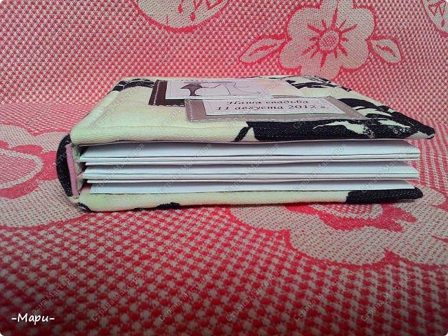 Привет, Страна Мастеров! Это мой первый эксперимент, я давно хотела сделать, что-то для хранения дисков с семейными фото и видео. И первое, что попробовать сделать, альбом для хранения свадебных дисков с фото и видео. Альбом 12,5*12,5, корешок 2,5, 3 разворота, вмещает 6 дисков, переплет: прошитый на швейной машинке (МК нашла в YouTube), обложка тканная: джинса с рисунком.  фото 5