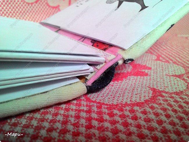 Привет, Стана Мастеров! Это мой первый эксперимент, я давно хотела сделать, что-то для хранения дисков с семейными фото и видео. И первое, что попробовать сделать, альбом для хранения свадебных дисков с фото и видео. Альбом 12,5*12,5, корешок 2,5, 3 разворота, вмещает 6 дисков, переплет: прошитый на швейной машинке (МК нашла в YouTube), обложка тканная: джинса с рисунком.  фото 7