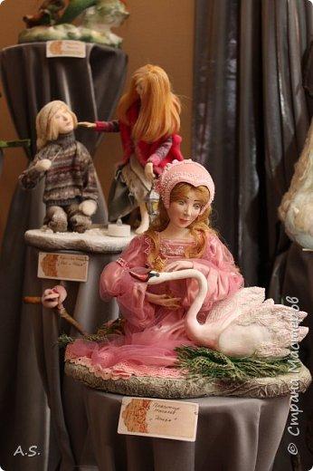 """Недавно я уже начинала рассказ об изумительной выставке - """"Царство Марьи искусницы"""", открывшейся недавно в нашем городе http://stranamasterov.ru/node/1018215 Сегодня хочу предложить Вашему вниманию одну из многочисленных """"тем"""" этой экспозиции - кукол. Их много на выставке и они такие разные: авторские, тряпичные, шерстяные, абсурдные, реалистичные...  Зимняя тема: фото 24"""