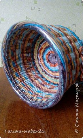 Добрый день дорогие мастерицы СМ по плетению!!!! Как-то я выставила не законченную плетушку, мне тогда понадобилась срочная помощь админов  СМ (проблемы с написанием коммент.) Спасибо, мне быстро помогли. Вот она. 36-21,5-14.5  Дно белые винилловые обои.  фото 8