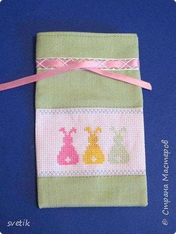 В том году я уже вышивала таких заек, только оформила в подвеску-игольницу http://stranamasterov.ru/node/911212?t=999 В этом году решила сделать мешочек для маленького сюрприза.   фото 4