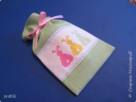 В том году я уже вышивала таких заек, только оформила в подвеску-игольницу http://stranamasterov.ru/node/911212?t=999 В этом году решила сделать мешочек для маленького сюрприза.   фото 2