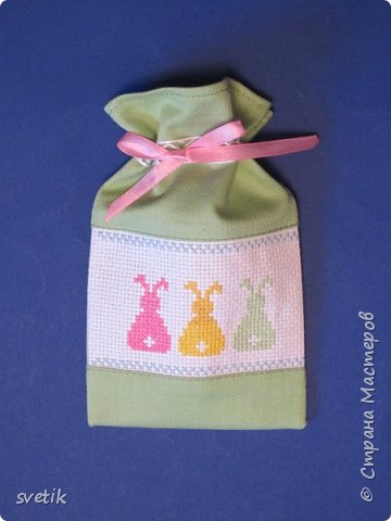 В том году я уже вышивала таких заек, только оформила в подвеску-игольницу http://stranamasterov.ru/node/911212?t=999 В этом году решила сделать мешочек для маленького сюрприза.   фото 5
