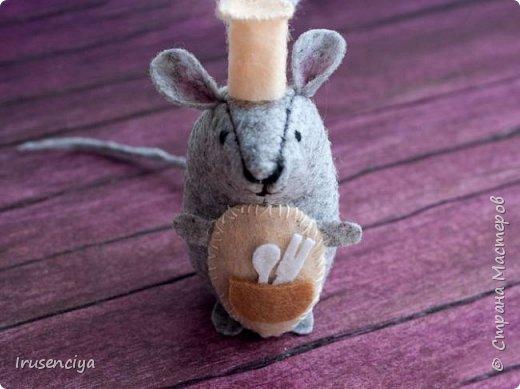 А я к вам с мышкой :)  Чтобы её сделать, вам будут нужны: фетр 1 мм, наполнитель для игрушки, игла, нитки, ножницы, выкройка. Высота игрушки 8 см  фото 1