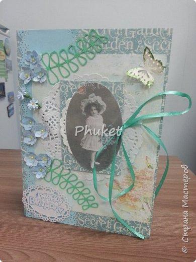 """Вот такая открыточка получилась для подруги в день ее рождения. Цветочки, ажурная бабочка, бубенчик и полужемчужинки, украшают открытку с итальянскими пирожными """"Макарон"""" фото 3"""