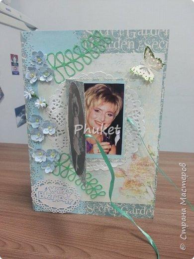 """Вот такая открыточка получилась для подруги в день ее рождения. Цветочки, ажурная бабочка, бубенчик и полужемчужинки, украшают открытку с итальянскими пирожными """"Макарон"""" фото 4"""