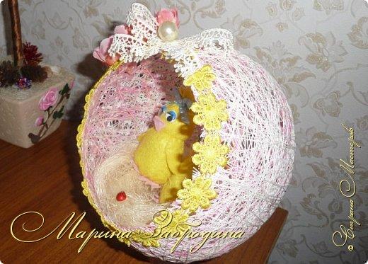 Здравствуйте! Долго думала, что же сделать дочке в садик. Очень много идей в интернете. Решила сделать пасхальное яичко из ниток. Цыплята из тонкого фетра (лучше взять флис), цветочки искусственные. Делала такую работу впервые - мне ооочень понравилось!  фото 13