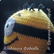 Знакомая попросила сынишке на день рождения связать шапочку с мордашкой. После долгих поисков было решено связать шапочку Миньон. МК здесь http://mycrafts.com/diy/shapka-kryuchkom-dlya-malchika-minon-crochet-minion-hat/ , но как и все мастерицы свою лепту тоже внесла)))) фото 6