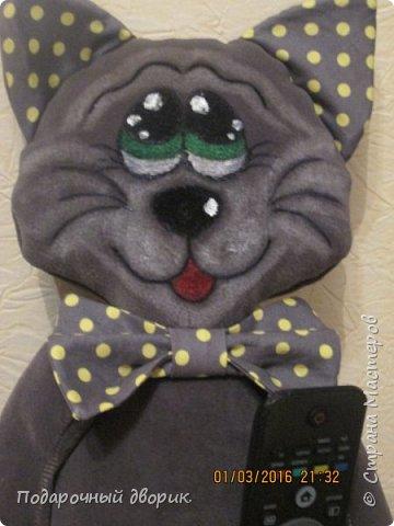 Кот-держатель пультов и моб. телефонов. фото 1