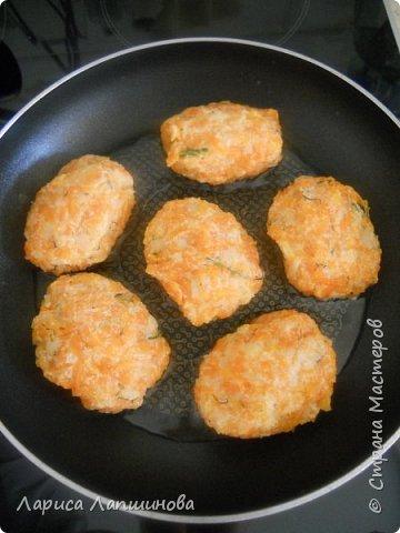 Добрый день, кулинары и просто гости моей странички. Сегодня на ужин мы будем готовить морковно-картофельные котлетки. Почему на ужин???? Да потому, что это легкое блюдо. Лучше всего подходит для не сытного ужина. Раньше я готовила просто морковные котлетки. А в этот раз получилось так, что муж сварил для винегрета много овощей и лишняя картошка осталась. Он мне предложил добавить в морковный фарш еще и картошку. Попробовала и не пожалела. фото 4