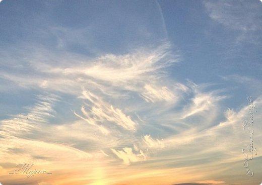 Небо – самый верный и надёжный друг. Особенно, когда на душе грустно или тревожно, когда чувствуешь себя одиноким, преданным, забытым... Светло-голубое, с белоснежными воздушными облаками дарит надежду и ощущение радостного покоя. Ночное небо, усыпанное звёздами, позволяет поверить в сказку, в осуществление самых сокровенных желаний. Даже серое, затянутое тучами, мрачное небо говорит о ничтожности существующих проблем и возвещает о величии природы. фото 1