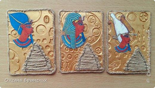 """Новая серия АТС """"Сокровище Древнего Египта"""". Фон сделан из пластики, покрашен золотой акриловой краской. Пирамиды из бечёвки.  Есть большое желание обменяться с опытными мастерицами, с кем ранее не менялась.  Давайте знакомиться и меняться :) фото 1"""