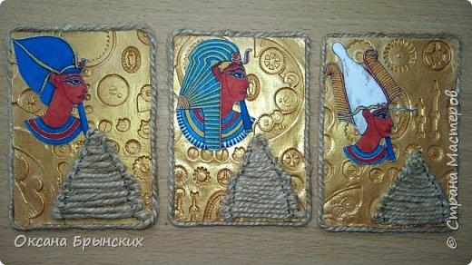 """Новая серия АТС """"Сокровище Древнего Египта"""". Фон сделан из пластики, покрашен золотой акриловой краской. Пирамиды из бечёвки.  Есть большое желание обменяться с опытными мастерицами, с кем ранее не менялась.  Давайте знакомиться и меняться :) фото 5"""