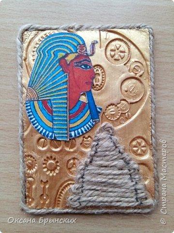 """Новая серия АТС """"Сокровище Древнего Египта"""". Фон сделан из пластики, покрашен золотой акриловой краской. Пирамиды из бечёвки.  Есть большое желание обменяться с опытными мастерицами, с кем ранее не менялась.  Давайте знакомиться и меняться :) фото 3"""
