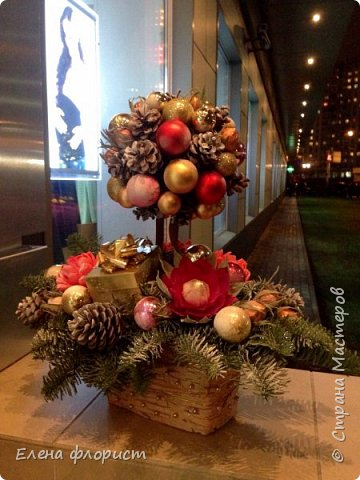 Новогодний топиарий из шишек,елочных игрушек,конфет фото 3