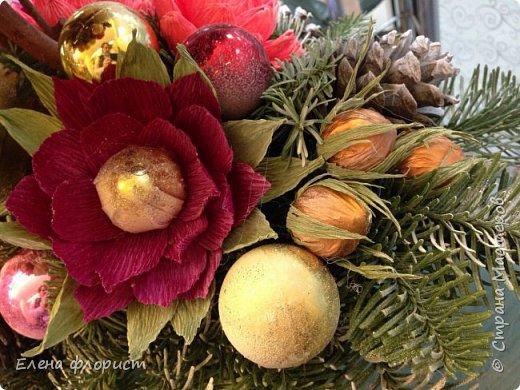 Новогодний топиарий из шишек,елочных игрушек,конфет фото 4