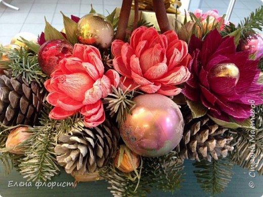 Новогодний топиарий из шишек,елочных игрушек,конфет фото 5