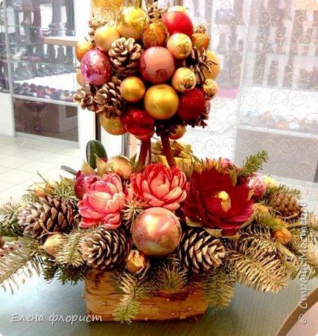 Новогодний топиарий из шишек,елочных игрушек,конфет фото 1